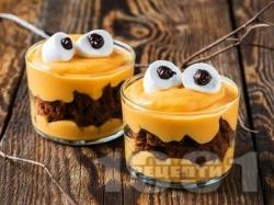 Крем с тиква, сирене маскарпоне, натрошени на парчета шоколадови бисквити и маршмелоу бонбони за десерт за Хелоуин - снимка на рецептата